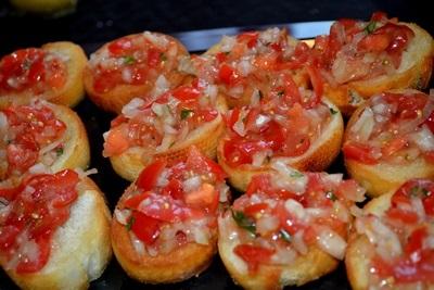 Bruschetta med Tomat, Løk og Basillikum