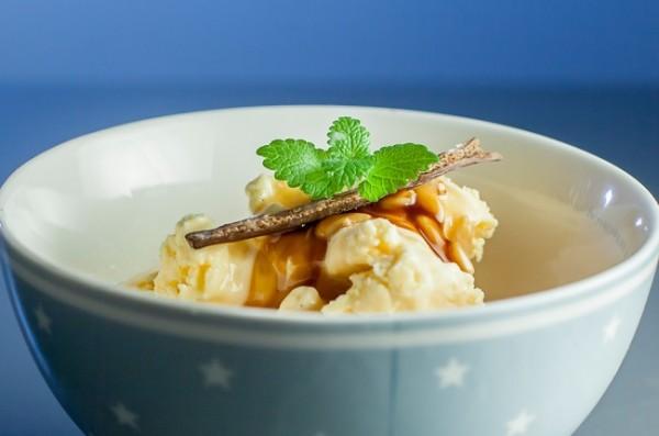 Vaniljeiskrem med karamellsaus og pinjekjerner